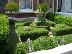 schönes haus mit einem garten - grüne pflanzen und eine skulprur aus stein - Gartengestaltung: 60 fantastische Garten Ideen