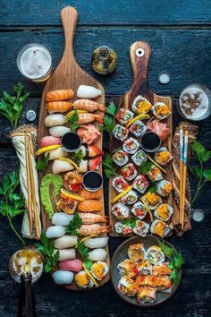 how to set a sushi platter I Love Food, Good Food, Yummy Food, Sushi Platter, Seafood Platter, Sushi Buffet, Healthy Snacks, Healthy Recipes, Meal Recipes