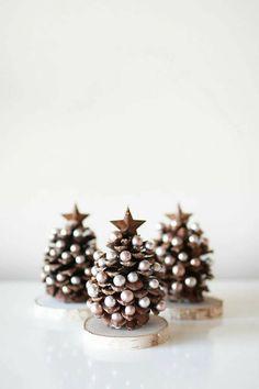 Handmade Christmas Decorations, Christmas Ornament Crafts, Noel Christmas, Christmas Crafts For Kids, Homemade Christmas, Christmas Projects, Holiday Crafts, Christmas Gifts, Christmas Decorations Pinecones