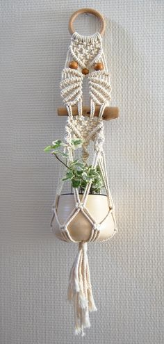 Macrame Plant Hanger Patterns, Macrame Wall Hanging Diy, Macrame Plant Holder, Macrame Patterns, Macrame Owl, Macrame Knots, Yarn Crafts, Diy And Crafts, Micro Macramé