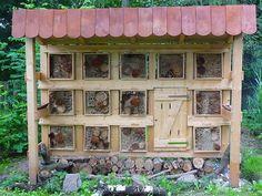 Insect Hotel ! Eco Garden, Garden Bugs, Garden Insects, Garden Ideas, Bee Hotels, Wild Bees, Mason Bees, Urban Farming, Outdoor Projects
