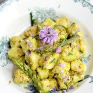 Gnocchi with ricotta cream of asparagus and zucchini with chives, and its flowers
