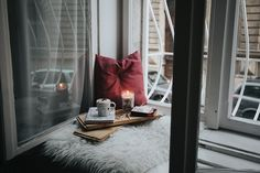 How to hygge when you have a small place - cosiness, comfort & light. Good book & hot beverage happy pluses