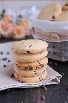 Biscotti con gocce di cioccolato, ricetta facile per biscotti golosi da inzuppare nel cappuccino a colazione o da sgranocchiare a merenda.