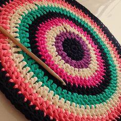 #colourful #multicolor #crochet #rug #alfombra #ganchillo #trapillo #trapilho  Que tapete lindo. Este é para o quarto de uma adolescente