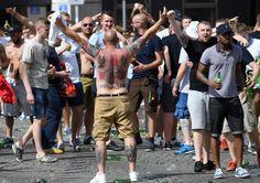 Euro 2016, violenti scontri a Marsiglia un inglese lotta tra la vita e la morte - http://www.sostenitori.info/euro-2016-violenti-scontri-marsiglia-un-inglese-lotta-la-vita-la-morte/236938