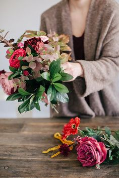 Learn how to DIY this Wedding Bouquet with foraged vibes for fall + winter #fallwedding #foragedbouquet #diybouquet #winterwedding