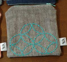 Estas pequeñas bolsas de sashiko sería genial sostener objetos pequeños como tejer o crochet herramientas y nociones de costura. Las bolsas son 4,25 pulgadas de ancho y largo 4,75 pulgadas. Cada bolsa tiene un diseño de sashiko y está forrado con una tela de la impresión coordinación.  Este listado es para la bolsa siete tesoros aqua, en la parte inferior derecha de la foto principal. La guarnición es aqua con tela de algodón de la impresión de pequeños pandas con exterior de mezcla de lino…