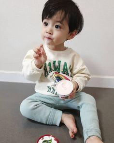 Không có mô tả ảnh. Cute Baby Boy, Dad Baby, Cute Little Baby, Little Babies, Cute Boys, Baby Kids, Cute Asian Babies, Korean Babies, Asian Kids