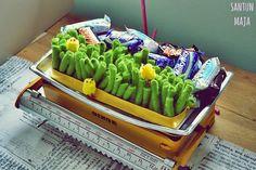 Santun Maja: Rairuoho fanttilangasta. DIY grass from green XL-size yarn for Easter. :)