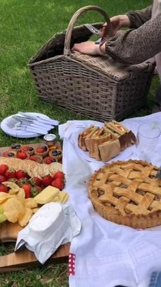 Picnic Date Food, Picnic Time, Family Picnic Foods, Picnic Ideas, Beach Picnic, Summer Picnic, Comida Picnic, Picnic Photography, Picnic Birthday