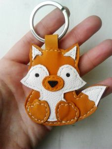 Leather Keyring, Leather Box, Leather Tooling, Leather Accessories, Leather Jewelry, Diy Cadeau Noel, Fox Crafts, Leather Scraps, Leather Flowers