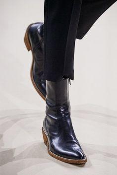 Haider Ackermann Fall 2019 Ready-to-Wear Fashion Show Haider Ackermann Herbst 2019 Konfektionskollektion – Vogue Haider Ackermann, Boots Of Spanish Leather, Fall Winter Shoes, Urban Fashion, Womens Fashion, Cheap Fashion, Fashion Ideas, Only Shoes, Womens Clothing Stores