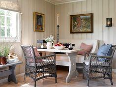 decordemon: A Swedish cottage in delightful colors Swedish Cottage, Scandinavian Cottage, Swedish House, Cozy Cottage, Swedish Design, Scandinavian Design, Swedish Style, Cottage Living, Cottage Style