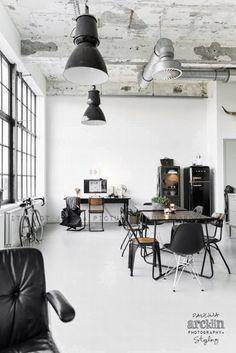 Czarno-białe wnętrze w nowoczesnym stylu - zobacz jak urządzić wnętrze industrialne i zainspiruj się! Zestawienie ze sobą kontrastowych kolorów - czerni i bieli we wnętrzu nadaje mu jeszcze więcej nowoczesności! Po więcej inspiracji zapraszam na bloga Pani Dyrektor!