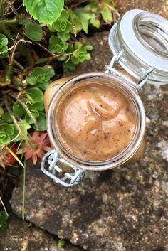 Dattelkaramell Egal ob man seinen Kaffee damit süßt, es unter sein Oatmeal hebt oder als Soße auf dem Grießbrei verwendet – Dattelkaramell passt einfach zu allem Da Datteln..