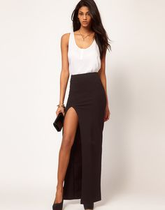 I'm not a huge fan of long, or maxi skirts or dresses but I think the slit in this dress makes it less overwhelming. I love this look!