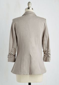 No need to roll up your sleeves before the big meeting - this one-button blazer boasts ruched 3/4-length sleeves for a look that means chic and functional business. Accentuated by slanted side pockets, a curved hem, and silky lining, this pale-grey jacket suits all your stylish needs!