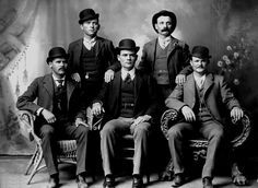 """La banda de Butch Cassidy con el sombrero """"Derby"""" (Derby Hat). Butch Cassidy sentado a la derecha. Sundance Kid sentado a la izquierda. Otros personajes de la época que lo llevaban: Marshal Bat Masterson, Allan Pinkerton."""