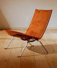 PK22 easy chair - Poul Kjærholm 設計靈感來自古希臘輕巧、典雅的克里思摩斯椅(klismos),Kjærholm 將這張椅子減化成三個元素:椅腿 legs、椅座 seat 和連接夾 connecting clamps。如此簡練,真地對上了國際風格,而天然材質結合鋼骨架構則成為他作品的特色。透過他訓練有素的處理方式,這張椅子懸臂座位係藉由兩支橫樑 double cross beam 精確定位而平穩其架構,所以身體很自然地靜靠休息而不會碰觸硬硬的前緣和靠背的上緣。柔順靈活,PK22 有著極簡美學,非常適合搭配低矮沙發。