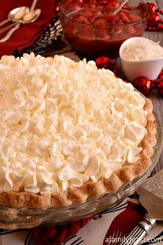 White Christmas Pie White Christmas Pie - A creamy coconut pie flavored with vanilla and almond topped with whipped cream and strawberries! Easy and delicious! Köstliche Desserts, Delicious Desserts, Dessert Recipes, Holiday Baking, Christmas Baking, Nutella, Cheesecakes, Pie Flavors, Christmas Desserts