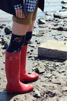 Love the pattern mixing and red boots! Via Atlantic Pacific. Red Wellies, Red Rain Boots, Hunter Wellies, Hunter Boots, Rubber Rain Boots, Sock Shoes, Shoe Boots, Floral Socks, Red Hunter