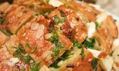 Garlic bread (Hleb sa belim lukom) se jede vruć. Lako i brzo se pravi i dobra je ideja za posluženje uz film ili partiju karata sa prijateljima. Predstaviću dve varijante, osnovnu i poboljšanu. Osnovna varijanta ne samo da je bez dodataka, već je i mnogo brža za pravljenje. Sastojci za osnovnu varijantu: 1 baget 1... Garlic Bread, Chicken, Meat, Food, Essen, Meals, Yemek, Eten, Cubs