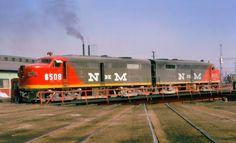 Foto Colección: Matt Herson.   Locomotoras modelo ALCO FA-2. Fueron la respuesta de la American Locomotive Company (ALCO) y la General Electric, que en esa época tenían una asociación comercial que terminó en 1953, a las locomotoras del tipo F que fueron construidas por la EMD de la General Motors en esa misma época.  NdeM adquirió 35 máquinas de este modelo numeradas de la 6500 a la 6534 entre los años 1951 y 1954.  .  Fotografía tomada en la mesa giratoria de la Terminal Valle de México el…
