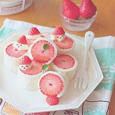 Rurusuki ♡ 彦 Cream spread around strawberries -what a creative display Cute Desserts, Delicious Desserts, Dessert Recipes, Yummy Food, Japanese Sweets, Japanese Wagashi, Japanese Candy, Comida Disney, Kawaii Dessert