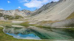 Lac Escur à 2327 m. Guillestrois. Fait partie des Lacs de l'Ascension. Au départ du Lauzet, au-dessus de La Roche-de-Rame.