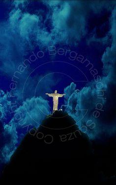 Cristo Redentor à noite.  Night photo of Christ Redeemer.  Rio de Janeiro, Brazil