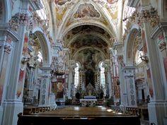 - vanaf 1142 gebouwd onder de bisschop Hartmann. vanaf 1734 werd de kerk in barokke stijl omgebouwd.  - Kloster Neustift - 1734 - Zuid-Tirol Dolomieten - De beeldtaal lijkt erg op die van de renaissance maar hier zie je dat architecten hun eigen draain aan de basis vormen geven. Wat erg opvalt is dat ze vooral golvende, krullerige en feestelijke versieringen toegevoegd hebben en veel pracht en praal hebben gebruikt.