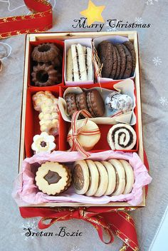It's Christmas Eve and children are anxious to find out whether they really deserved the presents they asked for in the letter they wrot. Galletas Cookies, Xmas Cookies, Almond Cookies, Big Cookie, Cookie Tray, Home Bakery Business, Dessert Platter, Christmas Deserts, Work Meals