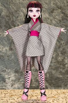 """FREE sewing pattern for Monster High 17"""" Kimono. I think this pose fits Draculaura really well. // undead threads"""