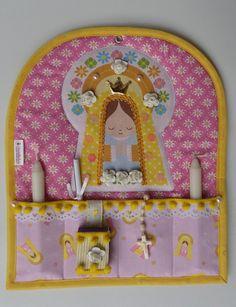 Oratório feito de tecido e pode ser pendurado na parede. Acompanha 2 velas, 1 terço, 1 oração e 1 caixa de fosforo decorada que só precisar trocar o refil quando acabar. Ideal para aquele seu cantinho de oração e devoção aos santos. Só fazemos com a imagem de Nossa Senhora como na propag... Diy And Crafts, Arts And Crafts, Santa Doll, The Good Shepherd, Felt Ornaments, Catholic, Needlework, Christmas Crafts, Creations