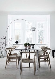 Find inspiration for your dining room lighting design no matter the style or size. Get ideas for chandeliers, drum lights, or a mix of fixtures above your dining table. inspiration for Dining Room Lighting Ideas to add to your own home. Home Interior, Interior Decorating, Modern Interior, Decorating Ideas, Simple Interior, Nordic Interior, Bathroom Interior, Arco Floor Lamp, Modern Floor Lamps
