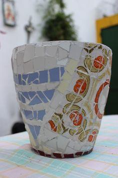 MOSAIC ART. MACETA REALIZADA CON MOSAIQUISMO. Flower pot decorated with mosaic technique by Ricardo Stefani Mosaic Pots, Flower Pots, Flowers, Urn, Mosaics, Vases, Planters, Decor, Mosaic Art