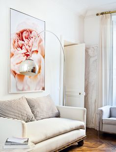 la lampe Arco a une présence tellement forte qu'elle est juste dans un décor qui s'efface dans des tonalités de blanc et de noir. photographe Jérôme Galland - AD Magazine février 2012