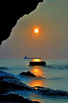 Seascape at sunset Landscape photography Beautiful Sunset, Beautiful World, Beautiful Images, Beautiful Beaches, Amazing Photography, Nature Photography, Beach Photography, Landscape Photography, Cool Pictures