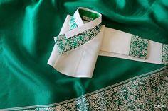 요즘 오리미에서는 당의나 아이 옷을 제외하고도 몇몇 특수한 한복들을 제외하고는 금-은박을 찍는 일이 드문데요, 오늘은 그 특수한 케이스에 속하는 한 벌이 아닐까 싶습니다. 초록 깃과 소매, 그리고 치마 아랫단에 은박을 한가득 찍었지요.  직업상 한복을 자주 입으시는 고객님께선 작년에 맞추신 이 하얀 저고리와 초록색 치마를 정말 잘 입으셨지만 올해엔 이 옷에 변화를 주었으면 하셨답니다. 그래서 딱 떨어지는 디자..