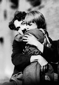 Charlie Chaplin and Jackie Coogan in The Kid 1921 Charlie Chaplin, Hollywood Stars, Old Hollywood, Classic Hollywood, The Kid 1921, Emmanuelle Béart, Arte Punk, Charles Spencer Chaplin, Photo Star