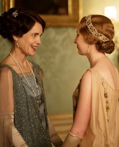 Downton Abbey Season Elizabeth McGovern as Cora, Countess of Grantham and Laura Carmichael as Lady Edith Crawley. Elizabeth Mcgovern, Downton Abbey Costumes, Downton Abbey Fashion, Lady Mary, Edith Crawley, Matthew Crawley, Downton Abbey Series, Laura Carmichael, Fashion Seasons