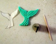 How to make a fondant mermaid cake (mermaid cookies diy) Little Mermaid Cakes, Mermaid Cupcakes, Mermaid Cookies, Cake Decorating Techniques, Cake Decorating Tutorials, Decors Pate A Sucre, Sea Cakes, Fondant Tutorial, Fondant Tips