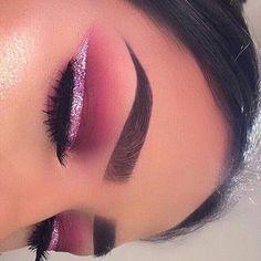 The best ways to Use Eyeliner – Eye Makeup Look Makeup Eye Looks, Beautiful Eye Makeup, Eyeshadow Looks, Eyeshadow Makeup, Makeup Brush, Eyeshadows, Pink Eyeliner, Makeup Eyebrows, Glitter Eyeliner
