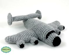 How to change color in amigurumi plush airplane with SC. Change color in the middle of the row or at the end of the row with single crochet and double crochet.