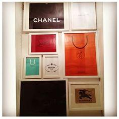 Certains sacs de shopping sont juste trop beaux pour être jetés : exposez-les.   29 façons créatives d'exposer toutes vos affaires