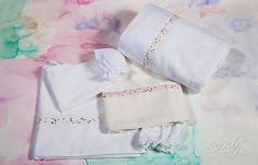 Λαδόπανο σε λευκό & εκρού χρώμα με διακοσμητική φάσα υφάσματος και τρέσα πολύχρωμη., annassecret, Χειροποιητες μπομπονιερες γαμου, Χειροποιητες μπομπονιερες βαπτισης