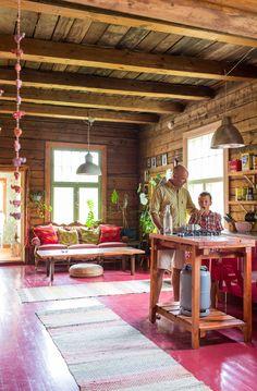Persoonallinen ja värikäs kartanokoti vei perheen maalle Etelä-Suomen vilskeestä. Väreissä ei säästelty, kun perhe loihti omaperäisen sisustuksen.