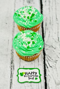St. Patrick's Day Surprise Inside Cupcake Recipe @Wilton Cake Decorating Cake Decorating #cupcakes #surprise #recipe
