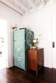 Kitchen + a little paint = chalkboard fridge. If you have a bit of chalkboard paint left over from another project, I love the idea of using it to cover a boring fridge for an instant message board.